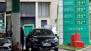 Une station-service près de Paris, le 20 octobre 2021, où le prix des carburants avoisinent les 2€ le litre. (LUDOVIC MARIN / AFP)
