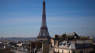 Le ballon Airparif, près de la Tour Eiffel, à Paris, le 7 mai 2020, au 52e jour du confinement. (JOEL SAGET / AFP)