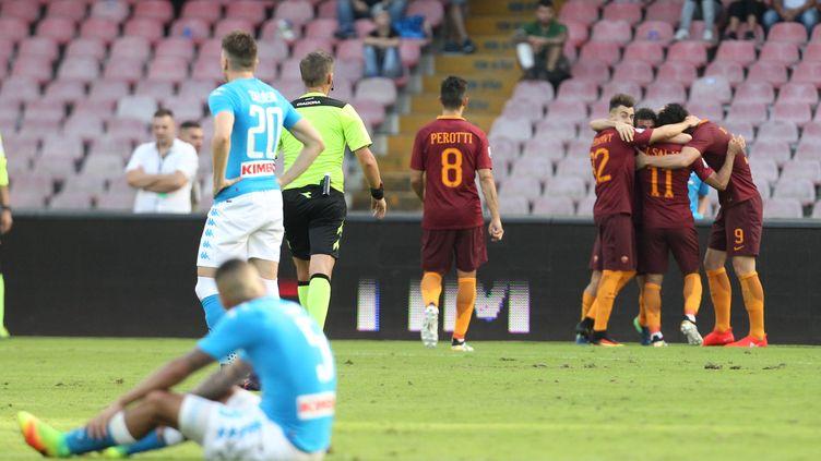 Les Napolitains à terre sur leur pelouse contre l'AS Roma (CARLO HERMANN / AFP)