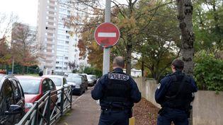 Des policiers dans le quartier sensible des Tarterêts à Corbeille-Essonnes (Essonne). (MAXPPP)
