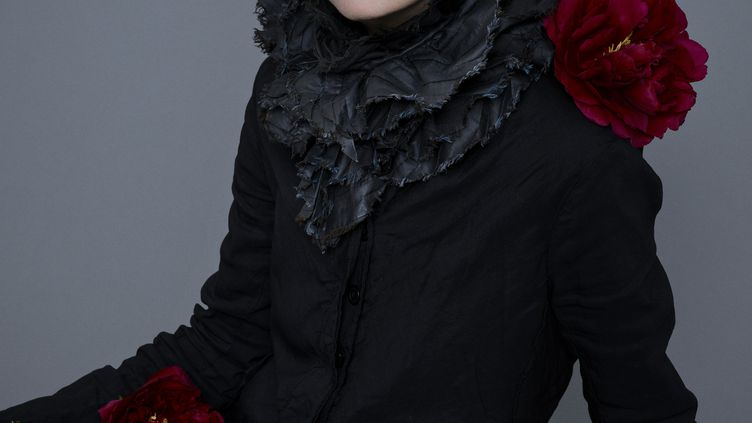 L'écrivaine Amélie Nothomb. (Photography agency Iconoclast Image © Jean-Baptiste Mondino)