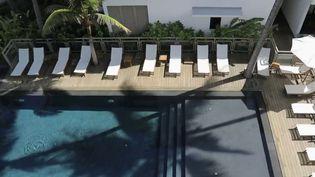 Le tourisme est la première activité de La Réunion. Face aux hôtels qui peinent à accueillir des touristes, des Réunionnais, eux, critiquent l'arrivée des visiteurs. Ils craignent une seconde vague de contaminations. (France 2)