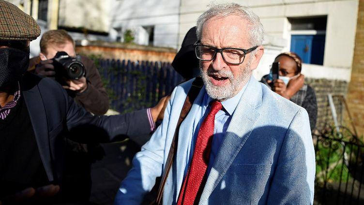 Jeremy Corbyn, ancien chef du parti travailliste britannique, à la sortie de son domicile du nord de Londres, le 18 novembre 2020. (DANIEL LEAL-OLIVAS / AFP)