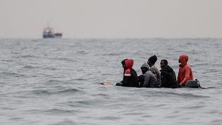 Des migrants sur une embarcation, entre Sangatte et Cap Blanc-Nez, dans la Manche, le 27 août 2020. (SAMEER AL-DOUMY / AFP)