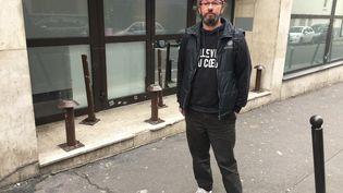 Christian Page, ancien sans-abri, devant un dispositif anti-SDF à Paris, le 12 février 2019. (JEAN-MICHEL NAGAT / RADIOFRANCE)