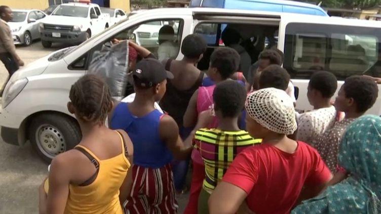 Photoextraite d'une vidéo qui montre des femmes libérées par la police à Lagos (Nigeria), le 30 septembre 2019. (REUTERS TV / X00514)