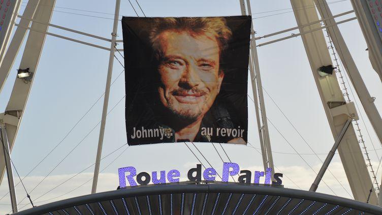Un portrait de Johnny Hallyday, mort mercredi 6 décembre 2017, affiché sur la Grande Roue de Paris, le 8 décembre 2017. (ALPHACIT NEWIM / CITIZENSIDE / AFP)