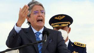 Le président équatorien Guillermo Lasso lors d'un discours dans l'enceinte de la base militaire de Quito, la capitale équatorienne, le 27 octobre 2021. (CRISTINA VEGA RHOR / AFP)