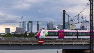 Un train de banlieue devant la Défense, samedi 18 septembre 2021. (MAXPPP)