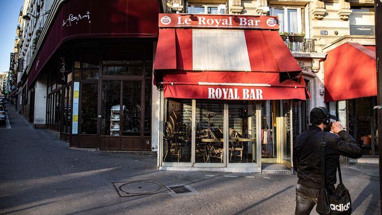 Un homme devant des cafés fermés dans le 18e arrondissement de la capitale, le 23 mars 2020. (MAXPPP)