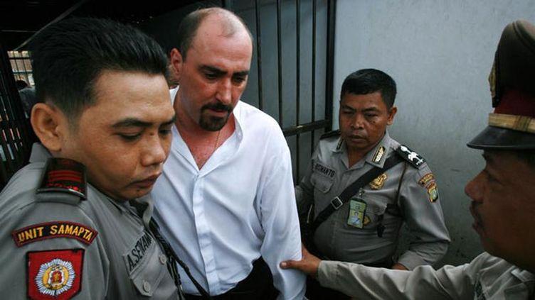 (Serge Areski Atlaoui, ici sous escorte policière indonésienne, le 6 novembre 2006 © REUTERS/Beawiharta)