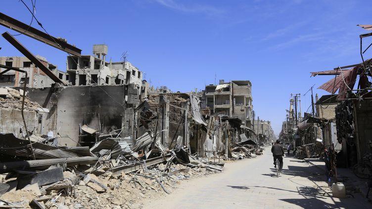 Un rue de Douma (Syrie) après des bombardements, le 16 avril 2018. (LOUAI BESHARA / AFP)