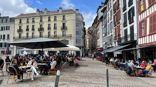 Les terrasses bondées à Bayonne (Pyrénées-Atlantiques), le 19 mai 2021. (ANTHONY MICHEL / FRANCE-BLEU PAYS BASQUE / RADIO FRANCE)