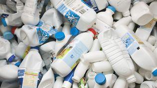 Selon l'association Zéro déchet France, plusieurs millions de bouteilles de lait non recyclables seraient actuellement mises sur le marché français. (MAXPPP)