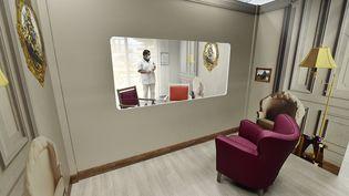 """Un """"espace de bavardages et de rencontres"""" installé en avril 2020 dans un Ehpad. Les pensionnaires peuvent y voir leur famille à travers un plexiglass et parler via un hygiaphone (illustration). (ALEXANDRE MARCHI / MAXPPP)"""