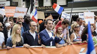 Le dirigeant des Patriotes, Florian Philippot (troisième en partant de la gauche) défile lors d'une manifestation contre le pass sanitaire, à Paris, le 21 août 2021. (JACOPO LANDI / HANS LUCAS / AFP)