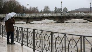 Un passant observe la crue du Doubs à Audincourt (Doubs), vendredi 5 janvier 2018. (MAXPPP)