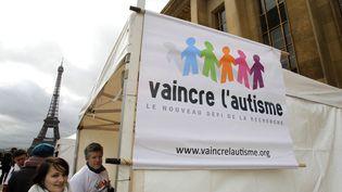 Un stand à Paris lors de la journée mondiale de l'autisme, le 2 avril 2010. (illustration) (FRANCOIS GUILLOT / AFP)