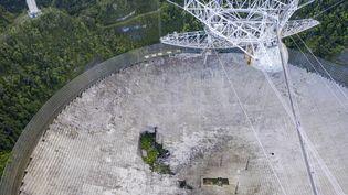Le radiotélescope d'Arecibo sur l'île de Porto Rico. (RICARDO ARDUENGO / AFP)