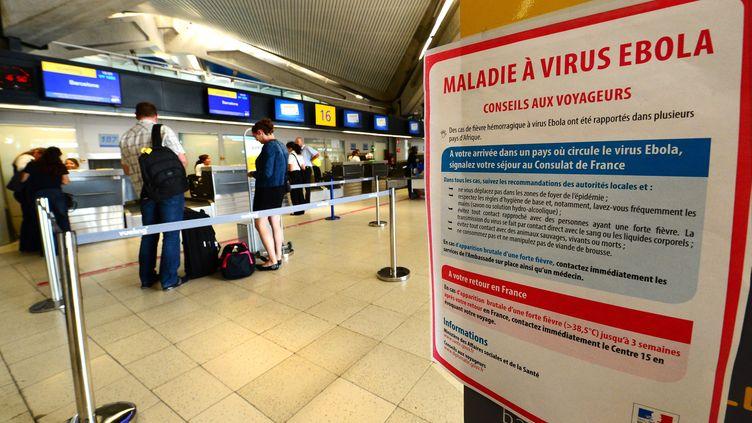 Une pancarte met en garde les voyageurs contre le virus Ebola, le 21 août 2014 à l'aéroport Saint-Exupéry de Lyon (Rhône). (  MAXPPP)