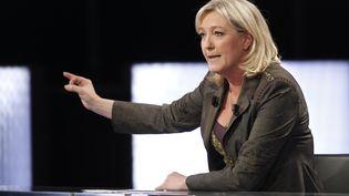 """La présidente du Front national, Marine Le Pen, sur le plateau de l'émission de France 2 """"Des paroles et des actes"""", le 11 avril 2012. (THOMAS SAMSON / AFP)"""