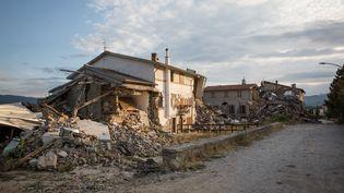 Tout autour d'Amatrice, de nombreux hameaux ont été frappés, comme ici à San Lorenzo a Flaviano. Pour éviter qu'ils ne sombrent dans l'oubli, le gouvernement s'est engagé à participer à la reconstruction de toutes les habitations, y compris les résidences secondaires. (MAX CAVALLARI / NURPHOTO / AFP)