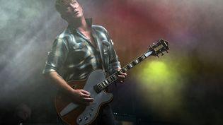 Josh Homme et ses Queens of the Stone Age, en concert au Reading+Leeds Festival, le 25 août dernier. (JUSTIN NG / MAXPPP)