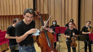 Le violoncelliste Gautier Capuçon accompagne les jeunes musiciens de l'Orchestre à l'école (France 3 Bretagne)