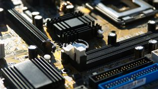 Des microprocesseurs d'un ordinateur. Photo d'illustration. (MICHËLE CONSTANTINI / MAXPPP)