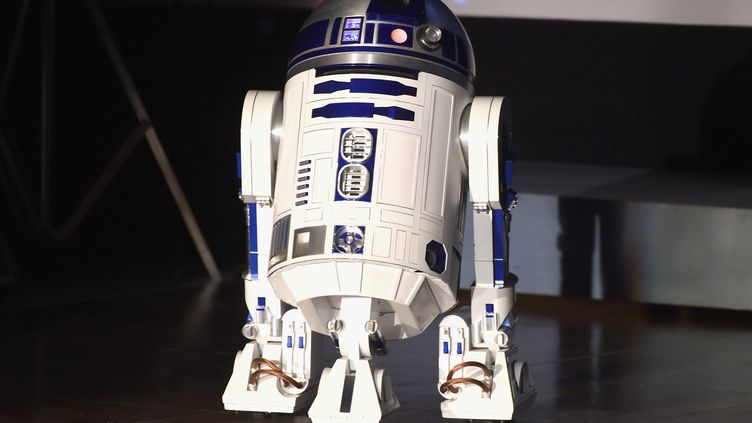 """Un modèlede R2-D2, lors d'un hommage à l'actrice Carrie Fisher qui incarnait la princesse Leia dans la saga """"Star Wars"""", à Los Angeles (Etats-Unis), le 25 mars 2017. (KEVIN WINTER / GETTY IMAGES NORTH AMERICA / AFP)"""