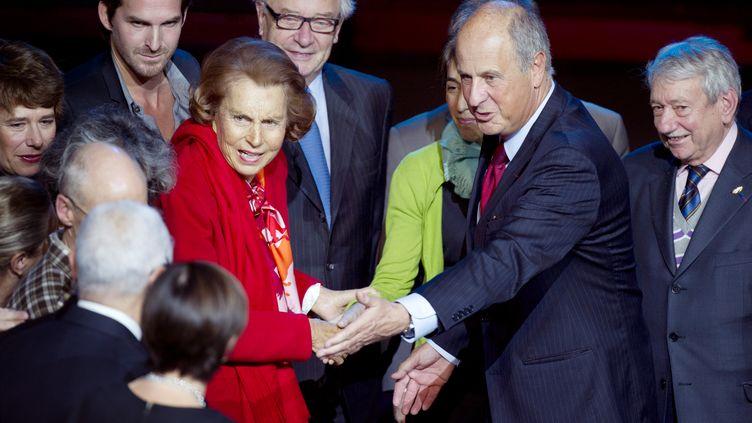 Liliane Bettencourt et Patrice de Maistre, le 18 octobre 2010, à l'occasion d'une remise de prix de la Fondation Bettencourt Schueller au musée du Quai Branly, à Paris. (FRED DUFOUR / AFP)
