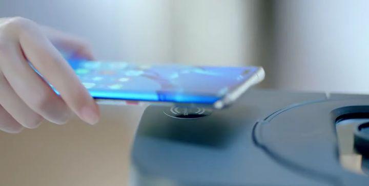 Via un simple contact entre le téléphone et l'objet connecté, l'utilisateur accède à toutes les fonctionnalités de l'appareil. (HUAWEI)