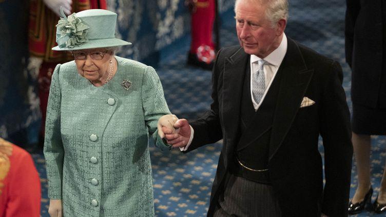 La reine Elizabeth II, accompagnée de son fils le prince Charles, lors de l'ouverture officielle du Parlement à Londres, le 19 décembre 2019. (MATT DUNHAM / POOL / AFP)