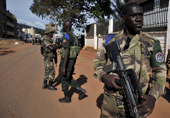 Des soldats de la Fomac, le 7 octobre 2013 à Bangui (Centrafrique). (ISSOUF SANOGO / AFP)
