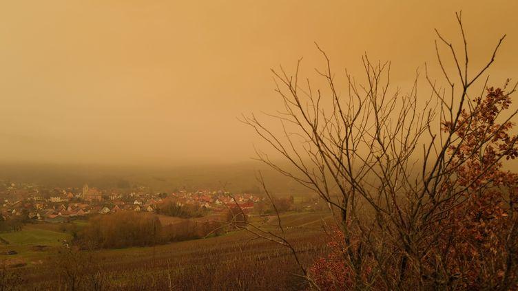 Lumière orange sur le village deOrschwihr (Haut-Rhin) liée au sirocco, le 6 février 2021. (SEBASTIEN BOZON / AFP)