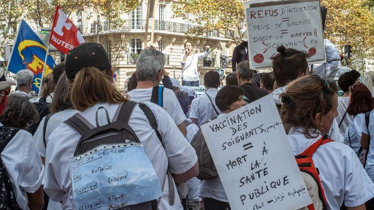Soignants et pompiers protestent contre le pass sanitaire dans les rues de Paris, le 11 septembre 2021. (PIERRE LARRIEU / HANS LUCAS / AFP)