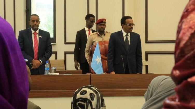 Le président Mohamed Abdullahi Farmajo et le Premier ministre Hussein Roble lors du vote de soutiende l'Assemblée, le 23 septembre 2020 à Mogadiscio, la capitale de la Somalie. (SADAK MOHAMED / ANADOLU AGENCY)