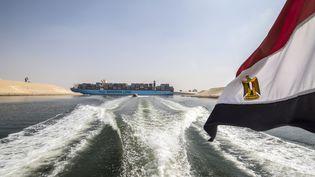 Porte-conteneurs dans la nouvelle portion du canal de Suez près d'Ismaïlia en 2019. Le canal est, 150 ans après son inauguration, la voie d'eau la plus fréquentée au monde.  (KHALED DESOUKI / AFP)