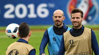 Christophe Jallet et Yohan Cabaye, à l'entraînement au stade Pierre-Mauroy de Lille (Nord), le 18 juin 2016. (FRANCK FIFE / AFP)