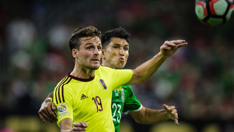 Jesus Molina, le Mexicain, et Christian Santos, le Venezuelien, convoitent le ballon (STRINGER / ANADOLU AGENCY)