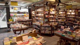 Des rayonnages d'une librairie à Montreuil (Seine-Saint-Denis). Photo d'illustration. (ERIC PIERMONT / AFP)