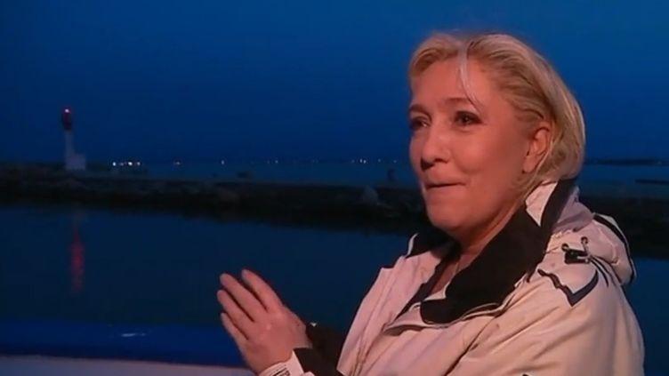 Marine Le Pen a passé la matinée ce jeudi 27 avril à bord d'un bateau de pêche. Comme hier à Amiens, la guerre des images fait rage. (FRANCE 2)
