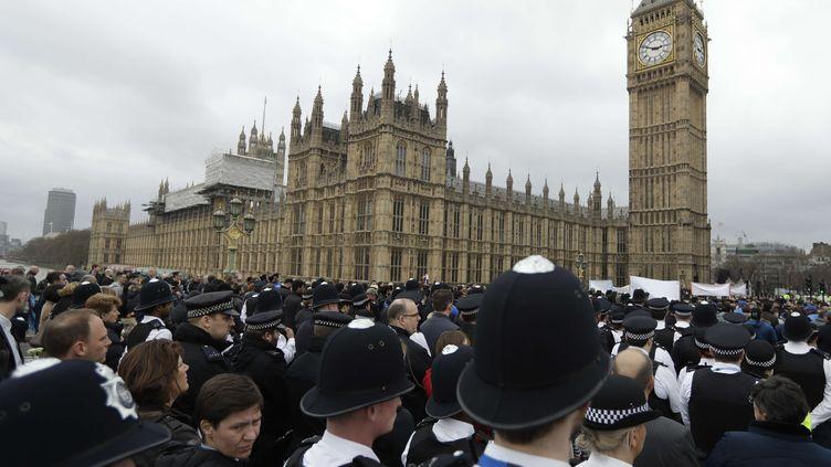 De nombreux policiers participent à l'hommage aux victimes de l'attentat de Londres une semaine après, le 29 mars 2017 (MATT DUNHAM / AP / SIPA)