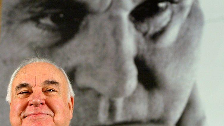 L'ancien chancelierallemand Helmut Kohl devant une de ses photo à Berlin le 2 novembre 2005 (TOBIAS SCHWARZ / REUTERS)