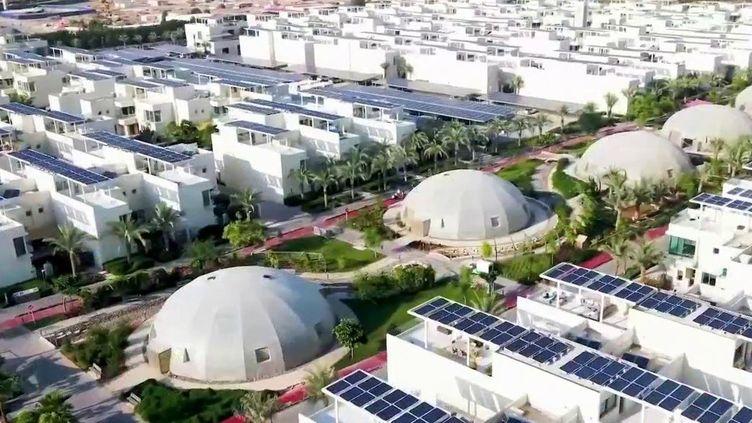 À Dubaï (Émirats arabes unis), les buildings rivalisent de hauteur et les métropoles ne sont pas économes en énergie. Pourtant, les mentalités changent. Les autorités expérimentent des modèles de villes durables, où les transports sont propres et l'eau est gérée comme un trésor. (FRANCE 2)