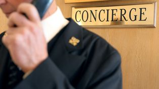 Un concierge dans un hôtel de luxe. Photo d'illustration. (JEAN CHRISTOPHE MAGNENET / AFP)