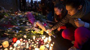 Emotion et recueil devant le café La Belle équipe, rue de Charonne, le 14 novembre 2015. (JOEL SAGET / AFP)