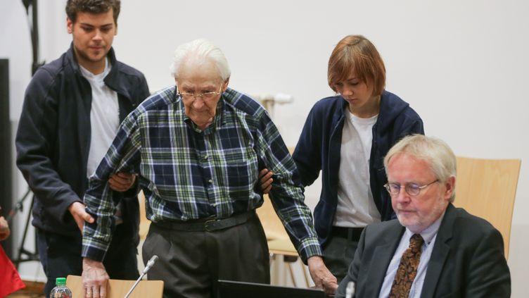 L'ancien comptable d'Auschwitz, Oskar Gröning, le 14 juillet 2015, à son procès au tribunal deLunebourg, dans le nord de l'Allemagne. (AXEL HEIMKEN / DPA)