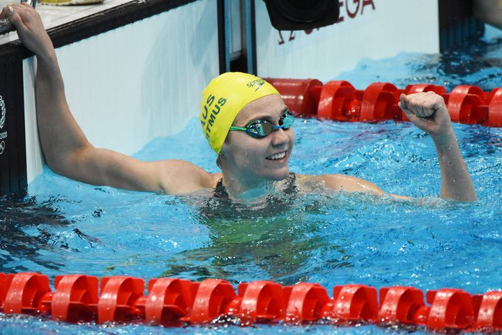 L'Australienne Ariarne Titmus tout sourire dans le bassin olympique du centre aquatique de Tokyo après son titre sur 200 m nage libre, mercredi 28 juillet 2021. (YOANN CAMBEFORT / DPPI via AFP)