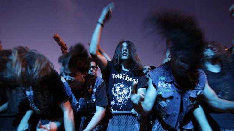 (Des fans secouent la tête en rythme, devant un concert de Motörhead. © Denis Balibouse/Reuters)